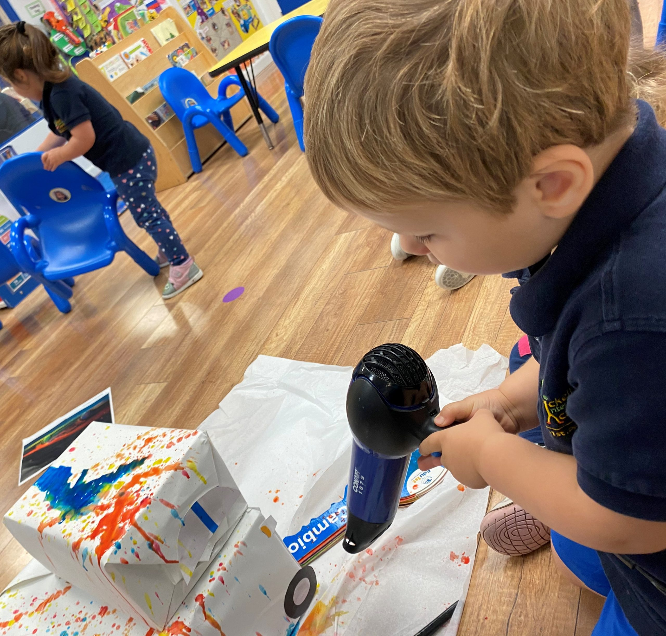 """En enero, a través del componente """"Explorando las Artes"""", se creó una actividad narrativa y participativa junto a los niños en base a la apreciación de la Obra del artista, Fabian Oefner, quien explora los límites entre el tiempo, el espacio y la realidad"""